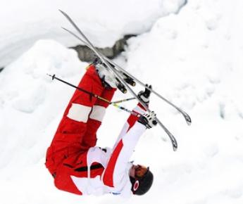 Россиянин Александр СМЫШЛЯЕВ завоевал бронзовую медаль в олимпийской дисциплине могул на этапе Кубка мира в Калгари. Фото REUTERS