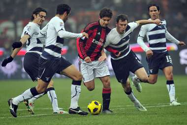 "Вторник. Милан. ""Милан"" - ""Лацио"" - 0:0. Защита римлян останавливает Алешандре ПАТУ. Фото AFP"