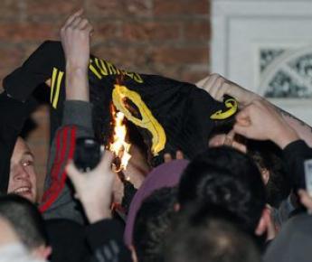 """Понедельник. Ливерпуль. Болельщики """"Ливерпуля"""" сжигают майку своего недавнего любимца. Фото REUTERS"""