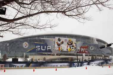 """4 февраля. Арлингтон, штат Техас. Cowboy Stadium встречает """"Супербоул-XLV"""" по-настоящему рождественской погодой с обильным снегопадом. Фото REUTERS"""