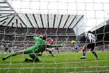 """Сегодня. Ньюкасл. """"Ньюкасл"""" - """"Арсенал"""" - 4:4. Первый из двух мячей Робина ВАН ПЕРСИ в ворота """"сорок"""". Фото REUTERS"""