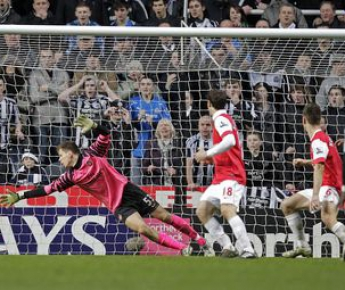 """Сегодня. Ньюкасл. """"Ньюкасл"""" - """"Арсенал"""" - 4:4. Чейк ТИОТЕ (№24) сравнивает счет и завершает """"камбэк"""" хозяев. Фото AFP"""