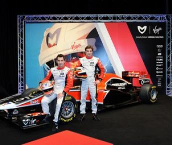 Вчера. Лондон. Пилоты команды Marussia Virgin Racing Тимо ГЛОК (слева) и Жером Д'АМБРОЗИО позируют на фоне нового болида. Фото AFP