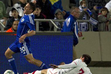 Среда. Тель-Авив. Израиль - Сербия - 0:2. Зоран ТОШИЧ (№ 7) против Эльроя КОЭНА. Фото AFP