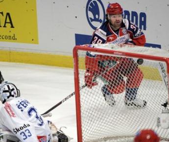 Сегодня. Стокгольм. Россия - Чехия - 4:2. Максим РЫБИН отправляет в ворота своего партнера по СКА Якуба ШТЕПАНЕКА вторую шайбу. Фото AFP