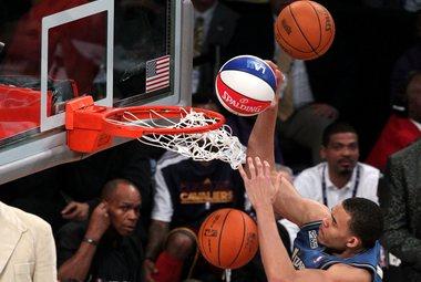"""Суббота. Лос-Анджелес. Центровой """"Вашингтона"""" Джавэйл МАКГИ забивает сверху три мяча одновременно. Фото AFP"""
