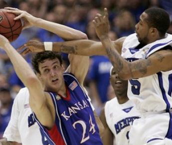 """2008 год. Александр КАУН в финале чемпионата NCAA, который станет для его """"Канзаса"""" победным. Фото REUTERS"""