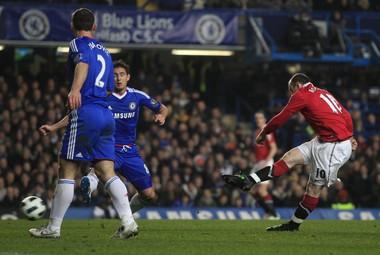 """Вторник. Лондон. """"Челси"""" - """"Манчестер Юнайтед"""" - 2:1. Уэйн РУНИ (справа) проводит первый мяч в игре. Фото REUTERS"""
