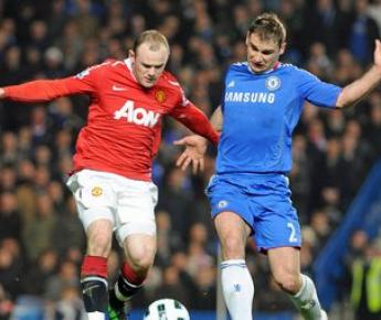 "Вторник. Лондон. ""Челси"" - ""Манчестер Юнайтед"" - 2:1. Уэйн РУНИ (слева) и Бранислав ИВАНОВИЧ. Фото AFP"