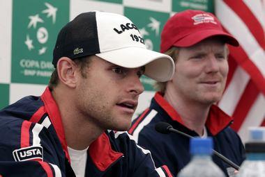 Четверг. Сантьяго. Джим КУРЬЕ (справа) готовится дебютировать в качестве капитана сборной США. Фото REUTERS