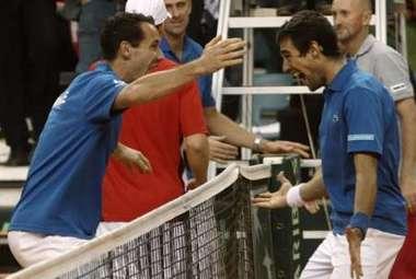 Воскресенье. Вена. Жереми ШАРДИ (справа) празднует с Микаэлем ЛЛОДРА (слева) победу над Мартином Фишером.  Фото REUTERS