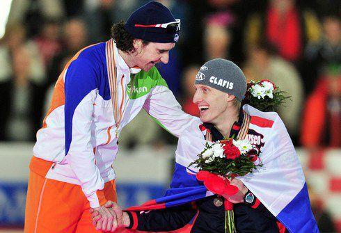 Суббота. Инцель. Иван СКОБРЕВ (справа) с Бобом ДЕ ЙОНГОМ. Фото AFP