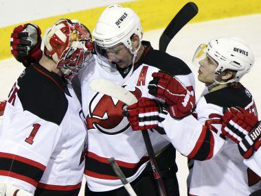 Илья КОВАЛЬЧУК (в центре) и его партнеры по команде празднуют победу. Фото REUTERS