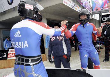 Одну из всего лишь двух побед на чемпионатах мира по зимним видам спорта в этом сезоне России принесли Александр ЗУБКОВ (слева) и Алексей ВОЕВОДА. Фото AFP