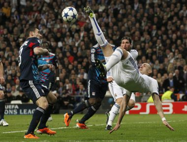 """Среда. Мадрид. """"Реал"""" – """"Лион"""" - 3:0. В полете Карим БЕНЗЕМА, ставший автором второго гола в ворота французского клуба. Фото Reuters"""