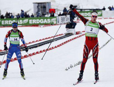 Воскресенье. Холменколлен. Эмиль Хегле СВЕНДСЕН (справа) опережает Евгения УСТЮГОВА на финише заключительной гонки сезона. Фото AFP