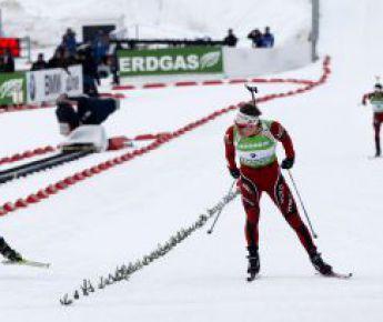 Вчера. Холменколлен. Эмиль Хегле СВЕНДСЕН (справа) опережает на финише Евгения УСТЮГОВА. Фото AFP