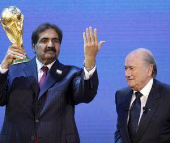 Страстный болельщик эмир Катара шейх ХАМАД (слева) сделал все, чтобы его королевство получило право принять чемпионат мира 2022 года. На фото - с президентом ФИФА Зеппом БЛАТТЕРОМ. Фото REUTERS