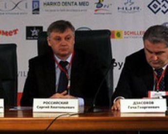 Один из организаторов симпозиума в Лужниках Сергей РОССИЙСКИЙ (слева). Фото Юрия КУЗЬМИНА, КХЛ Фото «СЭ»