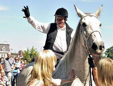 """31 июля 2010 года. Юлиус ШУПЛЕР гарцует по рижским улицам на белом коне. Фото Олега СИРАЧЕНКО/ ICEBOX Фото """"СЭ"""""""