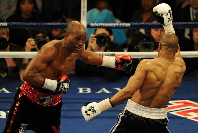 3 апреля 2010 года. Лас-Вегас. Бернард ХОПКИНС атакует Роя ДЖОНСА. Фото AFP