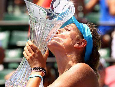Суббота. Майами. Виктория АЗАРЕНКО с призом за победу на Sony Ericsson Open.  Фото AFP