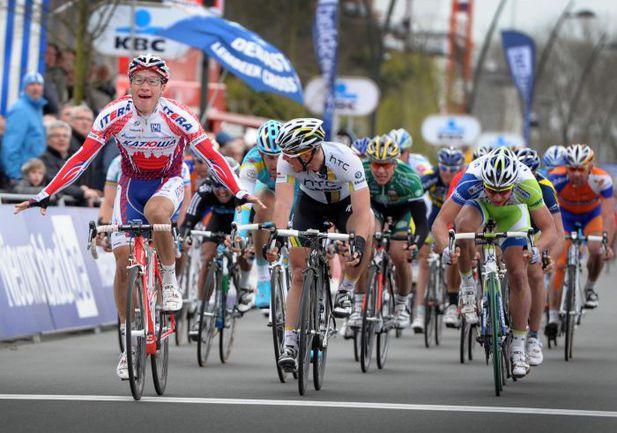 30 марта. Денис ГАЛИМЗЯНОВ (крайний слева) одерживает первую победу в профессиональной карьере. Фото AFP