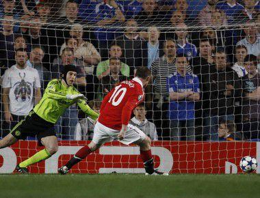 """Среда. Лондон. """"Челси"""" - """"Манчестер Юнайтед"""" - 0:1. Уэйн РУНИ проводит единственный гол матча. Фото REUTERS"""