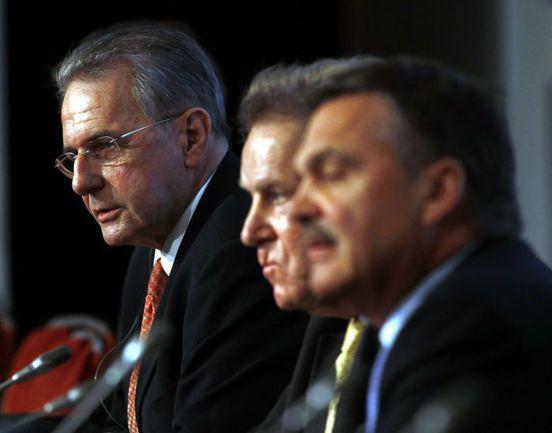 Вчера. Лондон. Президент МОК Жак РОГГЕ (слева) и члены исполкома на пресс-конференции. Фото REUTERS