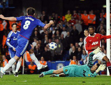 "Среда. Лондон. ""Челси"" - ""Манчестер Юнайтед"" - 0:1. Патрис ЭВРА (справа) принимает на себя удар Фрэнка ЛЭМПАРДА (№8). Фото AFP"