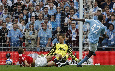 """Сегодня. Лондон. """"Манчестер Сити"""" - """"Манчестер Юнайтед"""" - 1:0. Яя ТУРЕ проводит единственный в матче гол. Фото REUTERS"""