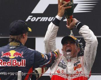 Сегодня. Шанхай. Льюис ХЭМИЛТОН (справа) празднует свою первую победу в чемпионате-2011, две первые гонки которого выиграл Себастьян ФЕТТЕЛЬ. Фото Reuters