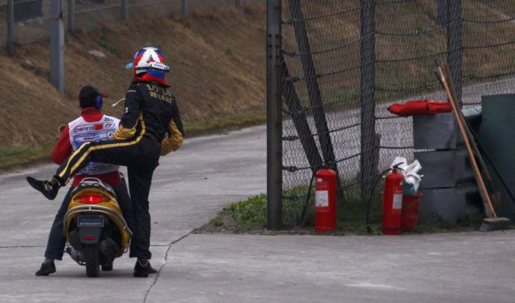 Суббота. Шанхай. Виталий ПЕТРОВ отправляется с трассы в боксы после того, как его машина заглохла. Фото REUTERS
