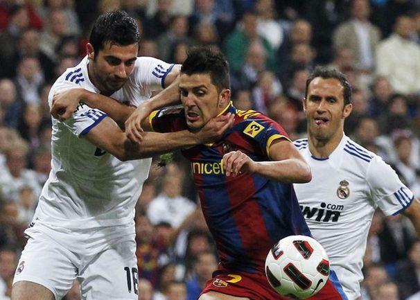 """Суббота. Мадрид. """"Реал"""" - """"Барселона"""" - 1:1. Альваро АРБЕЛОА останавливает Давида ВИЛЬЮ, за что получит красную карточку, а его команда - пенальти. Фото REUTERS"""