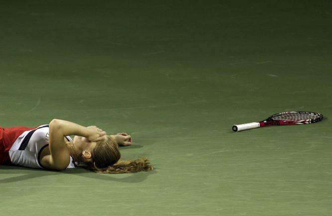 Сегодня. Штутгарт. Анна ЧАКВЕТАДЗЕ теряет сознание во время матча с Сюзаной Куцовой. Фото REUTERS