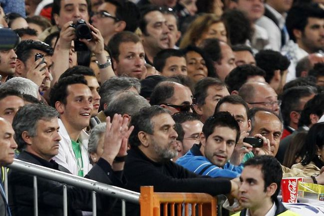 """Вчера. Мадрид. """"Реал"""" - """"Барселона"""" - 0:2. Удаленный со скамейки на трибуну Жозе МОУРИНЬЮ (в левом углу). Фото REUTERS"""