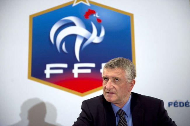 Национальный технический директор Французской федерации футбола Франсуа БЛАКАР (слева) и главный тренер сборной Лоран БЛАН были вынуждены созывать специальные пресс-конференции, чтобы пояснить свою позицию. Фото AFP