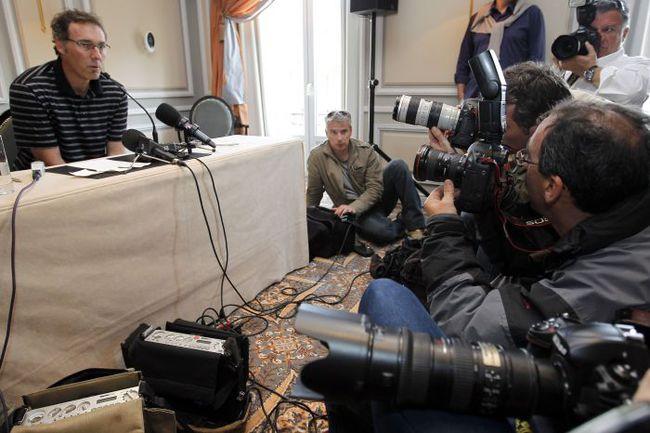 Национальный технический директор Французской федерации футбола Франсуа БЛАКАР (слева) и главный тренер сборной Лоран БЛАН были вынуждены созывать специальные пресс-конференции, чтобы пояснить свою позицию. Фото REUTERS