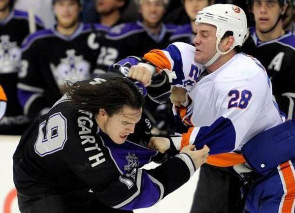 """Один из самых активных бойцов НХЛ последних двух сезонов Зенон КОНОПКА из """"Айлендерс"""" (справа) за своим любимым занятием. Фото AFP"""