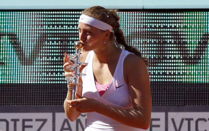 Воскресенье. Мадрид. Петра КВИТОВА с призом за победу на Mutua Madrid Open. Фото REUTERS