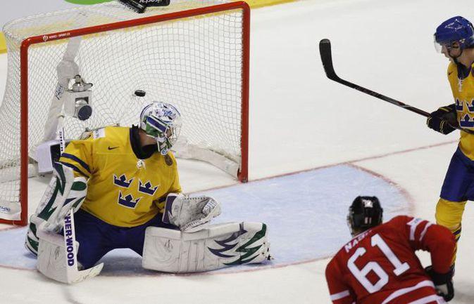 Понедельник. Кошице. Канада - Швеция - 3:2. Шайба Рика НЭША принесла канадцам победу над шведами, первое место в группе F и игру с Россией. Фото REUTERS