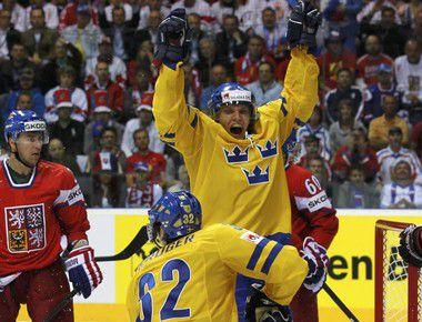 Вчера. Братислава. Чехия - Швеция - 2:5. Четвертая шайба в ворота чехов влетела после атаки Маркуса КРЮГЕРА (в центре). Фото REUTERS