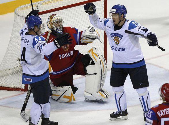 Нападающий сборной Финляндии Микаэль ГРАНЛУНД (слева) принимает поздравления с чудо-голом в ворота сборной России. Фото REUTERS