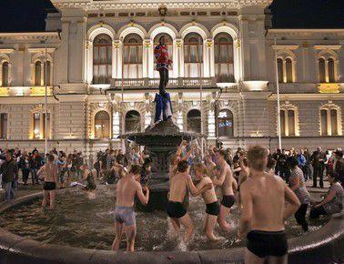 Вчера. Тампере. Финские болельщики отметили победу своей сборной на чемпионате мира купанием в фонтане на центральной площади города. Фото REUTERS
