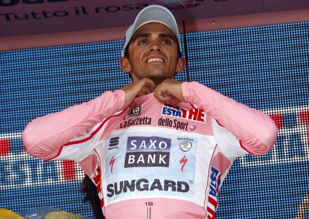 Альберто КОНТАДОР в розовой майке лидера. Фото AFP