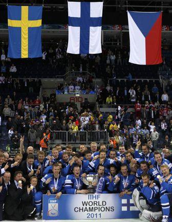 Вчера. Братислава. Сборная Финляндии с кубком чемпионов мира. Фото REUTERS