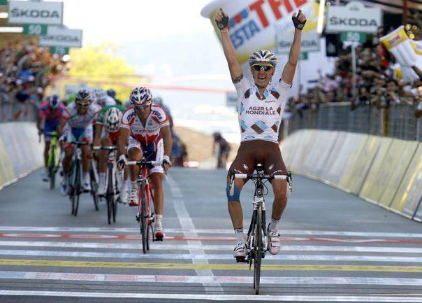 """Среда. Кастельфидардо. Капитан """"Катюши""""  Хоакин РОДРИГЕС (на заднем плане) не может помешать Джону ГАДРЕ стать победителем 11-го этапа """"Джиро"""". Фото AFP"""