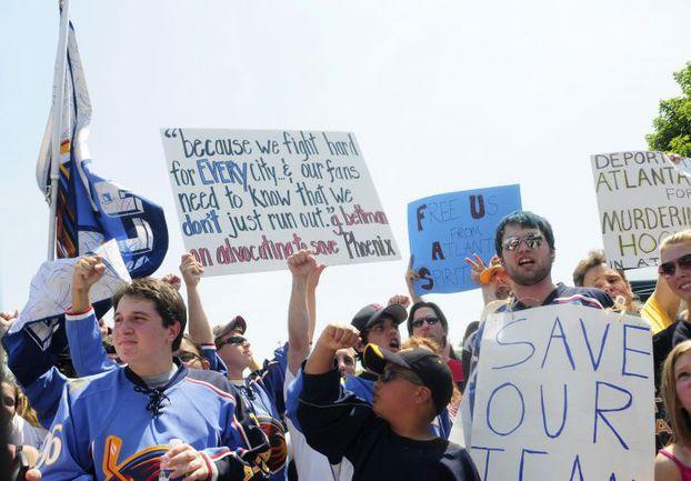 """Вчера. Атланта. Демонстрация болельщиков в поддержку """"Трэшерз"""". Фото REUTERS"""