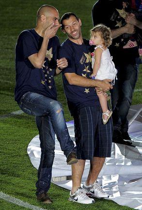 13 мая. Барселона. Хосеп ГВАРДЬОЛА (слева) и Хавьер МАСКЕРАНО с дочерью празднуют победу в чемпионате Испании. Фото AFP