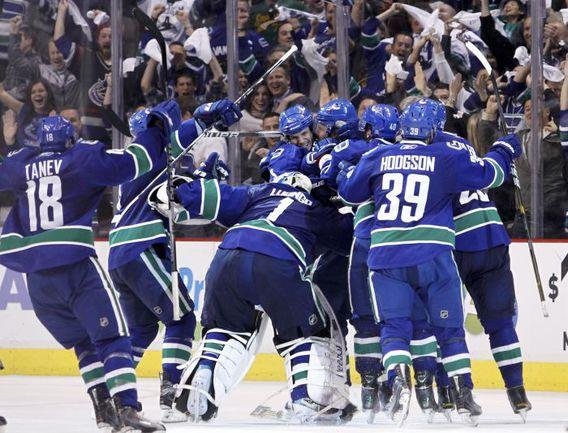 """Вторник. Ванкувер. """"Ванкувер"""" - """"Сан-Хосе"""" - 3:2 2ОТ. Только что """"Кэнакс"""" оформили выход в финал Кубка Стэнли. Фото REUTERS"""